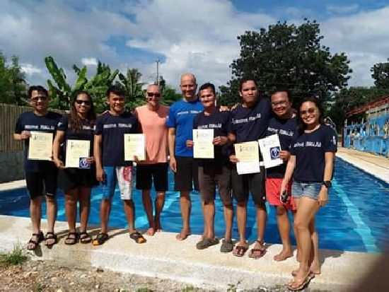 Stefan and John with a group of local students. <br>This course was donated trough KAPID SISID in order to help and and empower Filipinos to protect their marine resources through safe freediving.